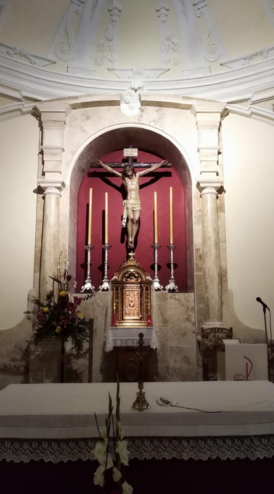 El Stmo. Cristo de la Misericordia repuesto al culto en el nuevo retablo del Altar Mayor de su templo parroquial.